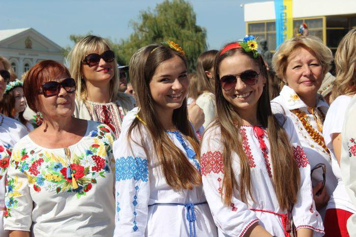 ... Луцька відбулася громадська акція «Українська вишиванка». Долучитися до  неї могли усі бажаючі 3ac28b2ff09e6