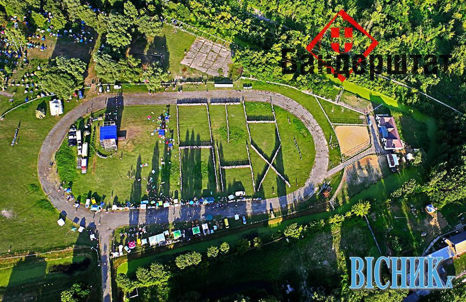 Кропивницкие фермеры из тракторов и комбайнов образовали крупнейший в Украине тризуб - Цензор.НЕТ 51
