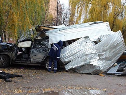 У Кам янці-Подільському позашляховик вилетів на зупинку — троє людей  загинуло 18d18b29b0755